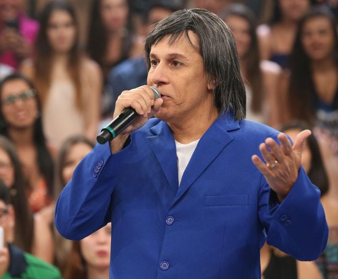 Tom Cavalcante faz uma imitação de Roberto Carlos no Altas Horas (Foto: Carol Caminha/Gshow)