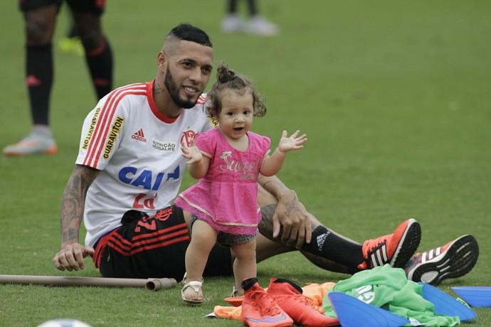 Paulinho levou a filha para treinamento da sexta-feira, na Gávea (Foto: Gilvan de Souza/ Fla Imagem)