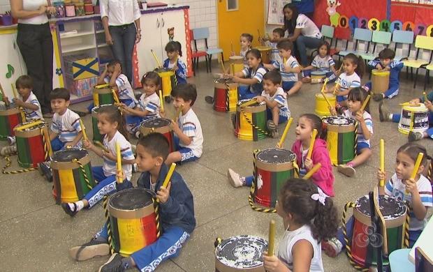 Crianças aprendem a tocar instrumentos durante a disciplina de música (Foto: Roraima TV)