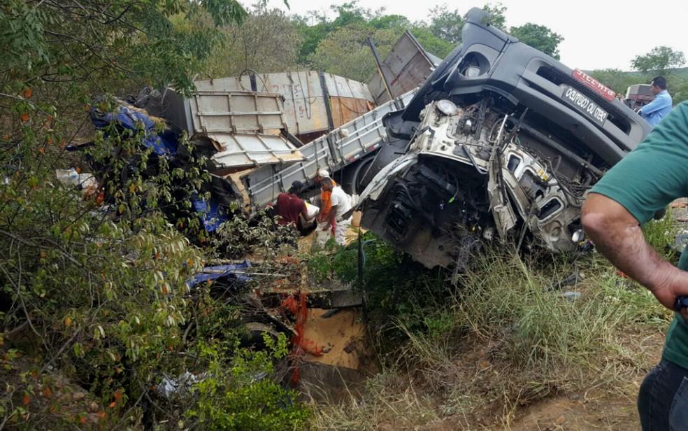 Com impacto, carrera bitrem capotou e foi parar em acostamento  (Foto: Guilherme Maciel/Blog do Braga)