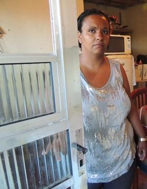 Luciana e a filha de 17 anos viciada em crack estão há um ano quase sem sair de casa (Foto: Carolina Paes/ G1)