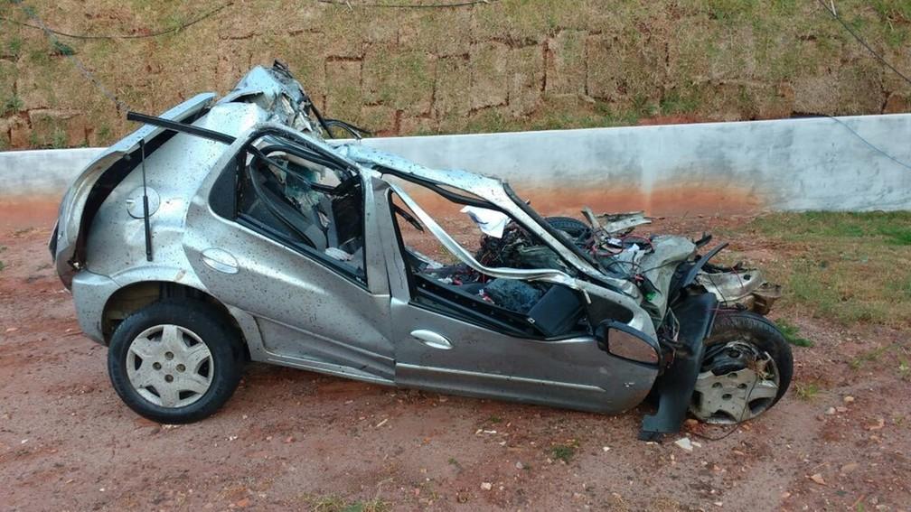 Carro teria invadido a pista contrária, segundo a PM Rodoviária (Foto: Divulgação/Polícia Militar Rodoviária)
