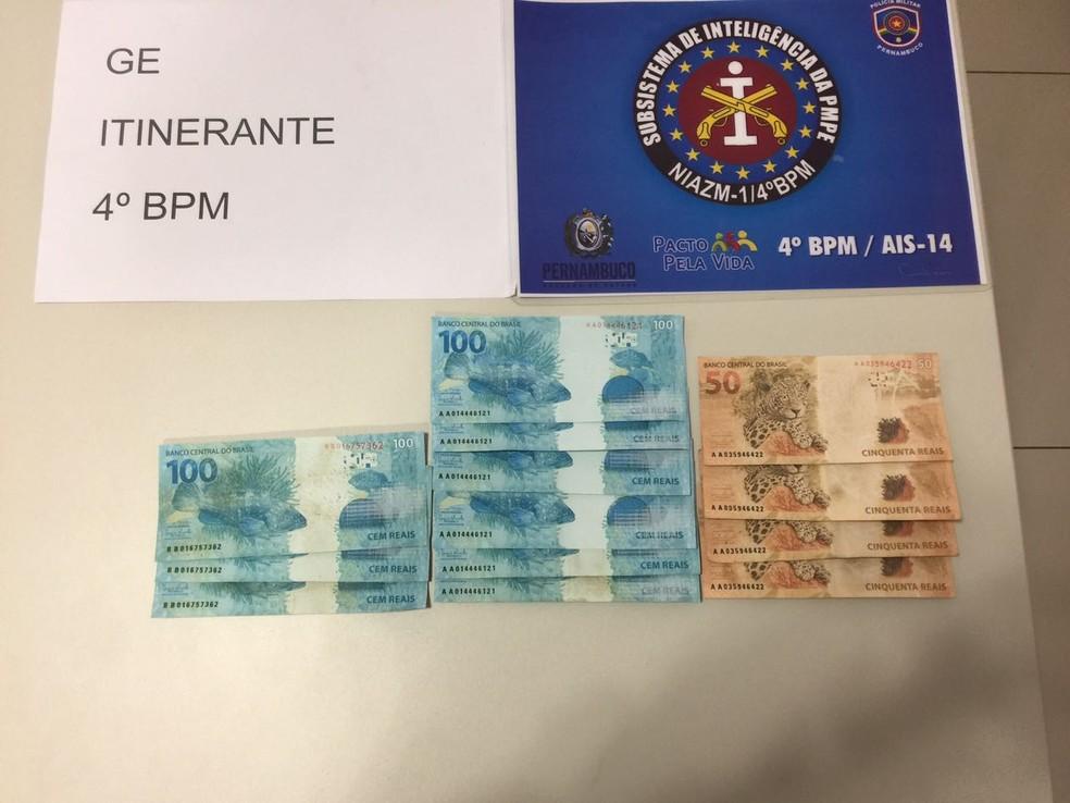 Dinheiro foi encontrado no estabelecimento comercial do suspeito (Foto: Divulgação/Polícia Militar)