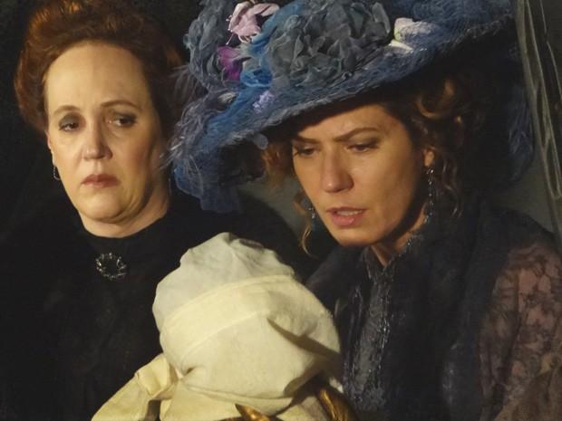 Constância rouba o filho de Isabel logo após o parto (Foto: Lado a Lado/TV Globo)