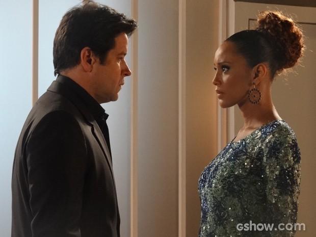 Jonas procura Verônica antes de programa começar (Foto: Geração Brasil/TV Globo)