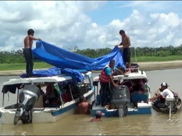 Passageiros foram salvos por pescadores e levados a uma praia (Foto: Reprodução/TV Amazonas)
