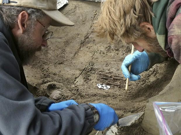 Pesquisadores encontraram na região central do Alasca restos mortais de duas crianças que viveram na Era do Gelo. Arqueólogos afirmam que são os mais antigos vestígios humanos já encontrados no Norte da América do Norte (Foto: Universidade Alaska Fairbanks/Ben Potter)