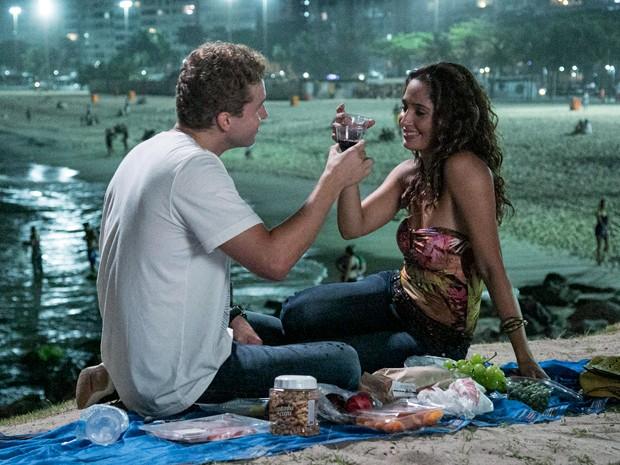 Os atores fazem brinde em cena romântica (Foto: Raphael Dias / Gshow)