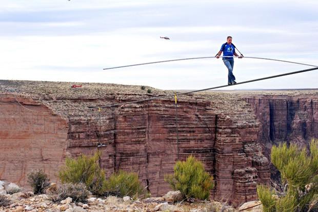 Travessia levou 22 minutos para ser completada, com direito a pausas para recuperar o equilíbrio (Foto: Discovery Channel, Tiffany Brown/AP)