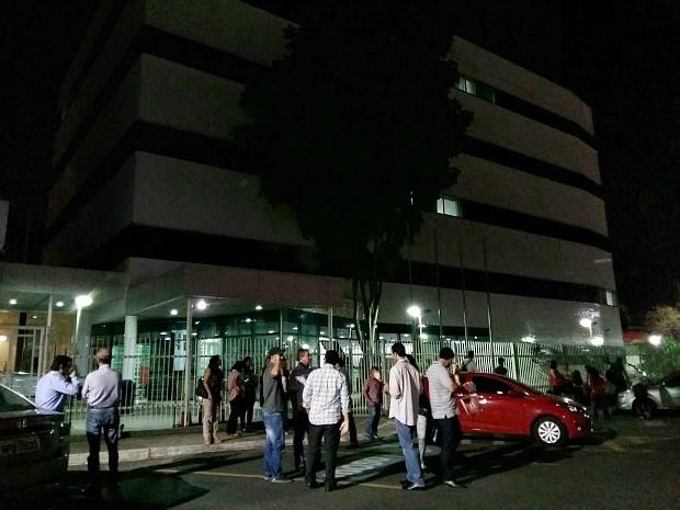 Funcionários do Tribunal de Justiça saíram do prédio após tremor (Foto: Thiago Correa/Arquivo Pessoal)