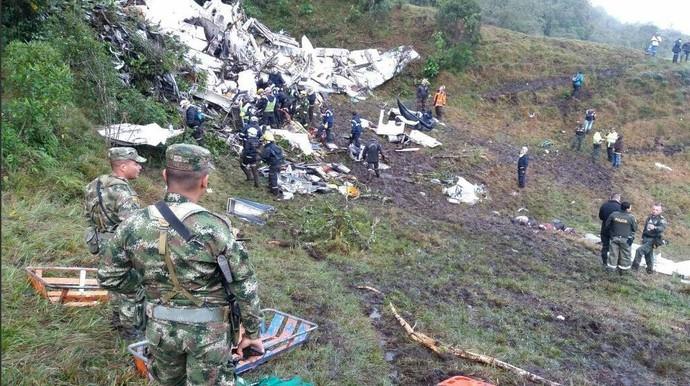 Destroços da aeronave que caiu em medellín com delegação da Chapecoense (Foto: Policiantioquia)