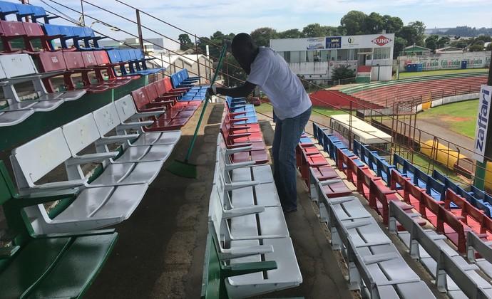 Senegalês Saian varre as arquibancadas do estádio Vermelhão da Serra (Foto: Guilherme Canal / Esporte Clube Passo Fundo)