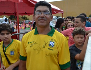 Ari Nunes, operário da Arena das Dunas, visita Tour da Taça da Copa do Mundo em Natal (Foto: Jocaff Souza/GloboEsporte.com)