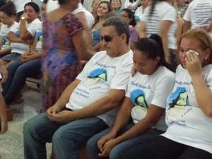 Pais de Danielly Rodrigues se emocionam durante missa (Foto: Ronaldo Mota/PortalCastelo.com)