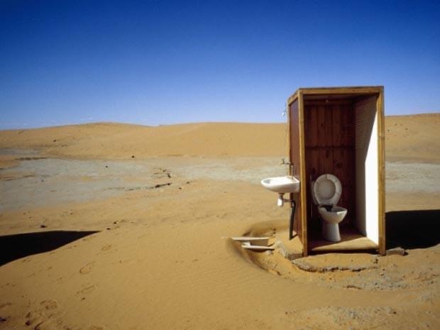 """Privada no meio do deserto do Saara, em Marrocos. (Foto: Divulgação """"Chiottissime"""")"""