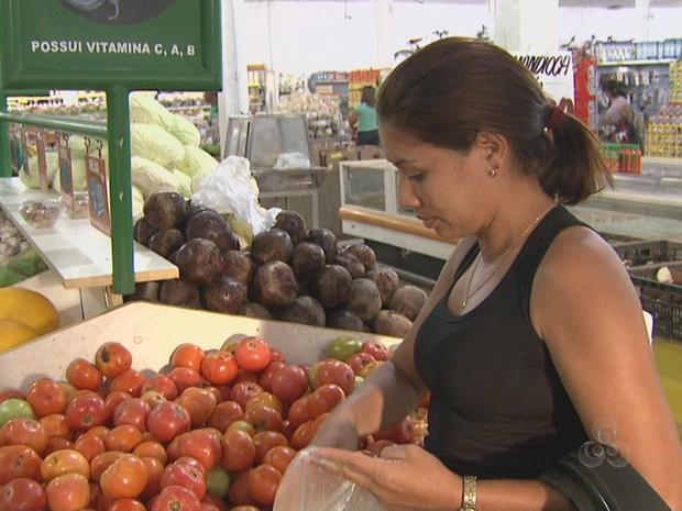 Consumidores do Acre sentem no bolso o preço do tomate (Foto: Reprodução TV Acre)