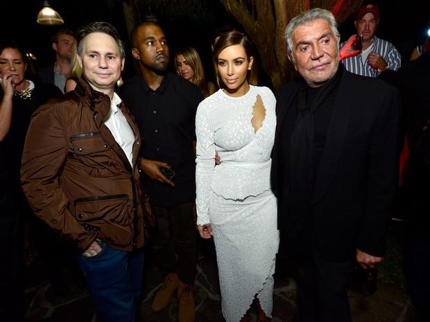 Jason Binn, Kanye West, Kim Kardashian e o designer Roberto Cavalli em festa em Miami, nos Estados Unidos (Foto: Eugene Gologursky/ Getty Images)