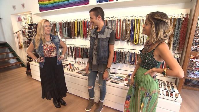 Blusa com estampa de berimbau, saia plissada, colete jeans e botinha compõem look (Foto: TV Bahia)