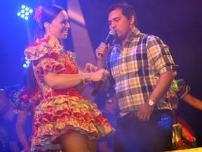 Solange Almeida e Xand Avião no palco (Foto: Maurício Vieira/G1)