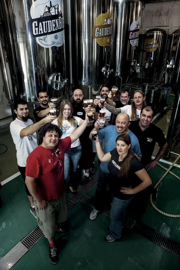 juntos: Os curitibanos da Liga das Cervejas Extraordinárias querem encurtar a distância fábrica e consumidor (Foto: Guilherme Pupo/Editora Globo)