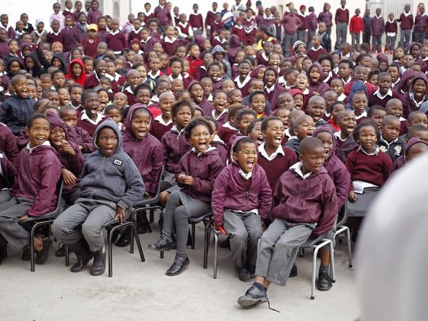 Crianças celebram em uma escola o aniversário do ex-Presidente Sul-Africano na Cidade do Cabo, África do Sul. (Foto: Schalk van Zuydam/AP)