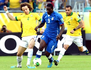 Balotelli David Luiz jogo Brasil Itália Salvador (Foto: AFP)