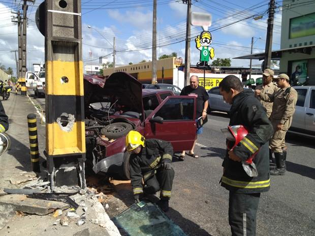 Ainda de acordo com o Corpo de Bombeiros, mesmo o carro tendo ficado parcialmente destruído, vítima foi socorrida consciente e não sofreu ferimentos. (Foto: Walter Paparazzo/G1)