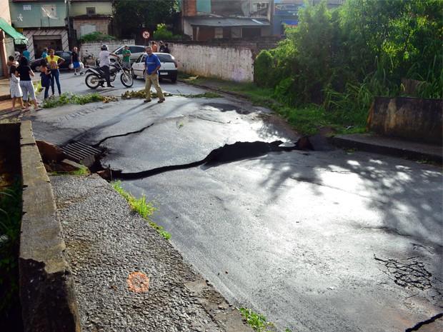 Parte de asfalto de uma ponte no bairro Santa Maria cedeu (Foto: Tiago Campos / G1)