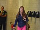 De calça rosa, Marina Ruy Barbosa embarca em aeroporto