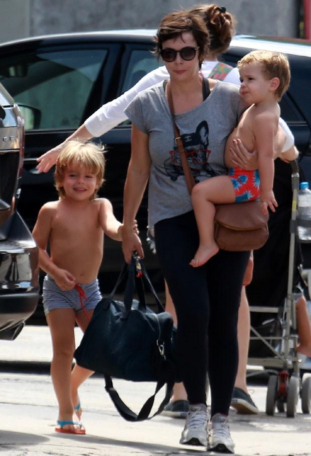 Regiane Alves e filhos (Foto: Agnews)