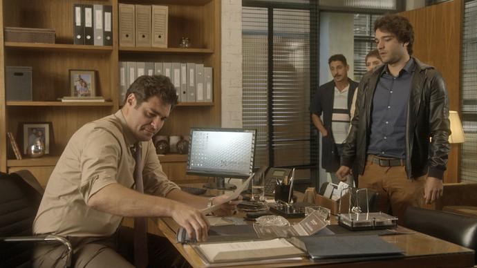 Tiago entra no escritório de Ciro e o demite da tecelagem (Foto: TV Globo)