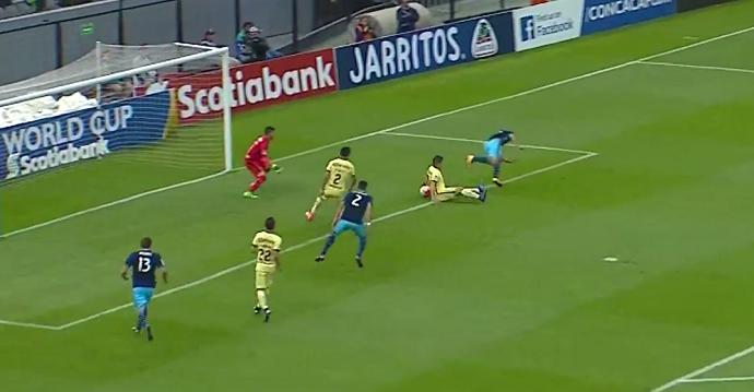"""BLOG: Zagueiro do América faz gol contra de """"bumbum"""" na Champions da Concacaf"""