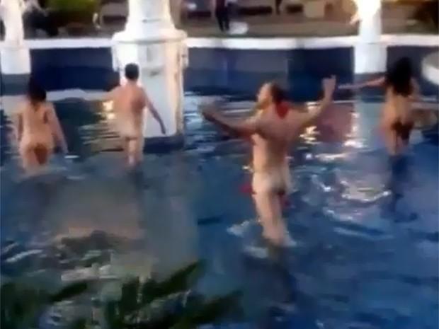 Ao final da intervenção, grupo decidiu entrar nu em fonte no Centro de Franca (Foto: Reprodução/Whatsapp)