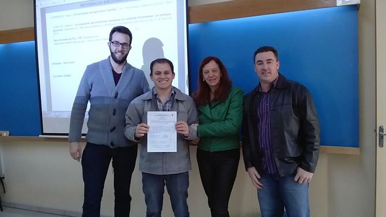 Caciano Gemmi, com certificado na mão, e os professores Rafael, Beatriz e Gilmar (Foto: Arquivo Pessoal)