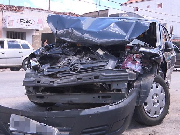 Carro ficou destruído após colisão com outros três veículos em Lagoa Seca (Foto: Reprodução / TV Paraíba)
