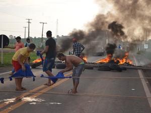 A rodovia foi bloqueada durante o protesto e permaneceu fechada por duas horas. (Foto: Rogério Aderbal)