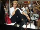 Ana Hickmann é cercada por fãs em feira de calçados