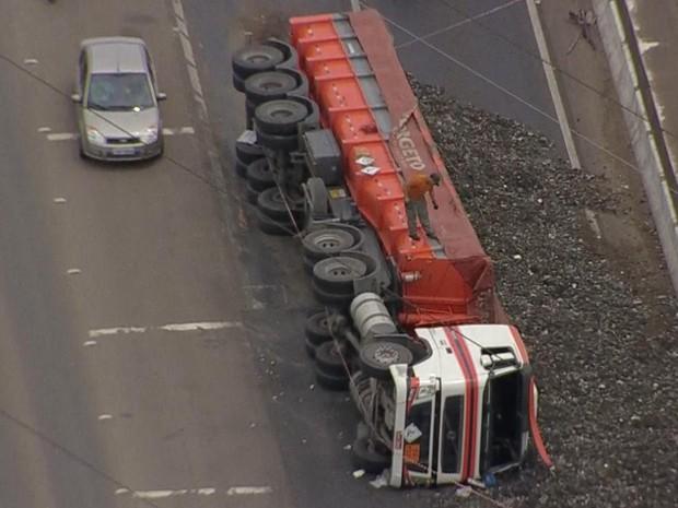 Caminhão carregado com resíduos industriais tomba na BR-386 em Canoas (Foto: Reprodução/RBS TV)