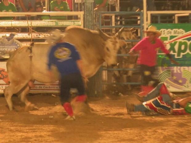 Acidente foi o primeiro da noite, segundo a Federação Mato-grossense de Rodeio (Foto: Lucas Torres/Portal Sorriso MT)