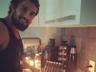 Chef em 'Império', Rafael Cardoso faz papinha para filha: 'Papai chef'