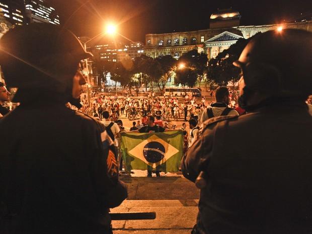 Polícia faz barreira para impedir que mais manifestantes adentrem a Câmara Municipal do Rio. Em assembleia, os cerca de 50 manifestantes que ocupam o prédio decidiram que vão permanecer no local. (Foto: Bruno Poppe/Frame/Estadão Conteúdo)