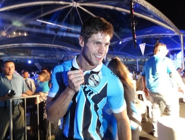 Ex-BBB Jonas no lançamento dos novos uniformes do Grêmio (Foto: Lucas Rizzatti/GLOBOESPORTE.COM)