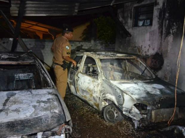Além do destacamento policial, o fogo destruiu um carro da PM e outro de um policial que estavam na garagem (Foto: Bogoni / Radar B.O.)