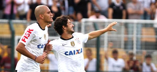 Pato comemora gol do Corinthians contra o Oeste (Foto: Ag. Estado)