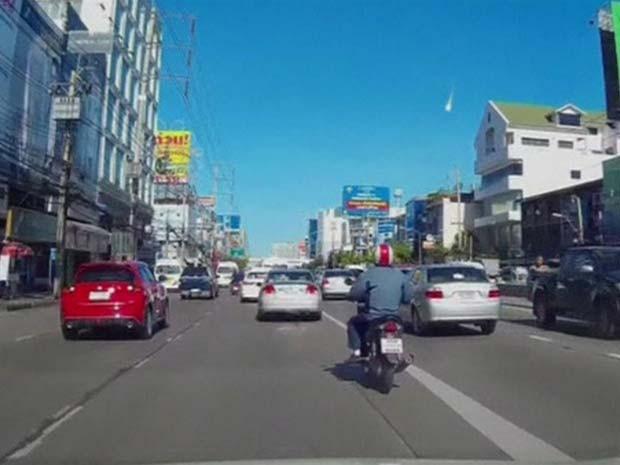 Câmera em painel de carro registrou 'bola de fogo' cruzando o céu de Bangcoc (Foto: BBC)
