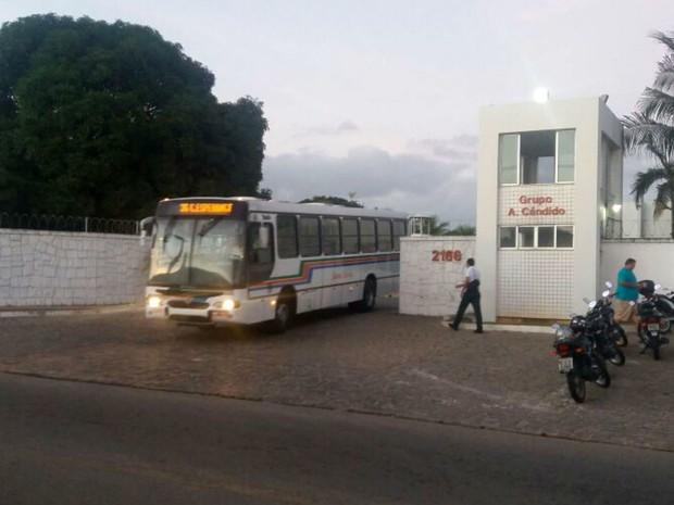 Ônibus começaram a deixar as garagens às 5h30 desta quinta (4) (Foto: Fred Carvalho/G1)