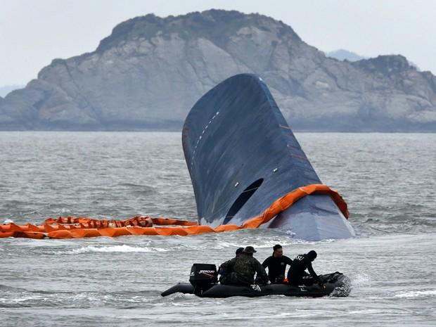 Equipes de busca procuram passageiros desaparecidos após o naufrágio de uma balsa na Coreia do Sul (Foto: Kim Kyung-Hoon/Reuters)