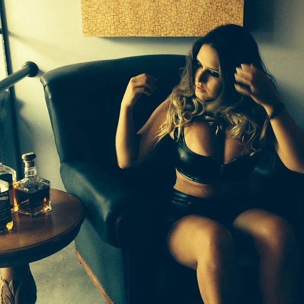 Laryssa, amiga polêmia de Neymar, em fotos sensuais (Foto: Divulgação)