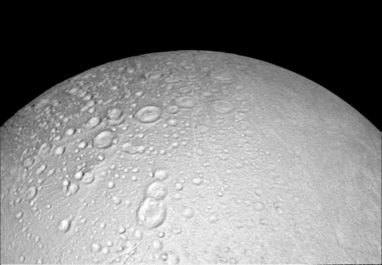 Imagem mostra detalhes do terreno de Encélado, lua gelada de Saturno (Foto: NASA)