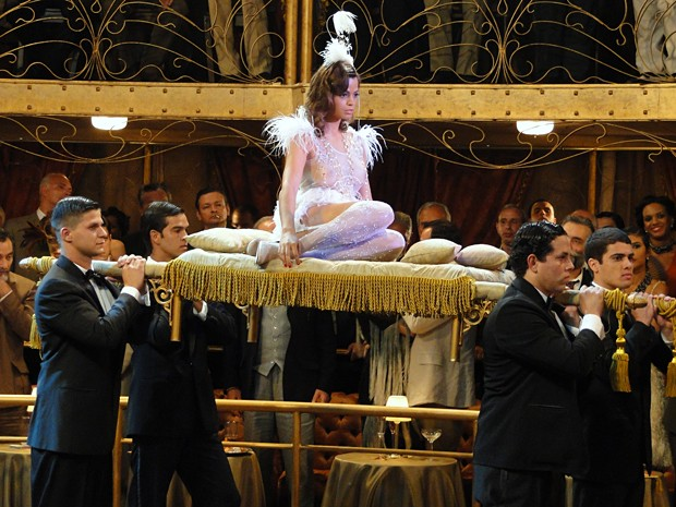 Ina entra no salão em cima de uma bandeja (Foto: Gabriela / TV Globo)